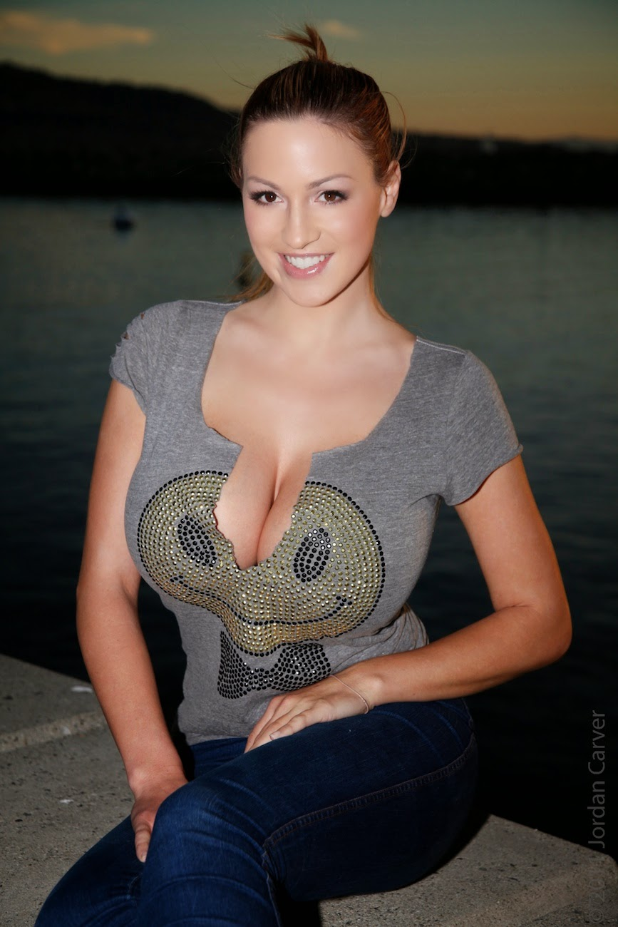 Jordan Carver Bends Down Big Boobs Cleavage Show With -4107