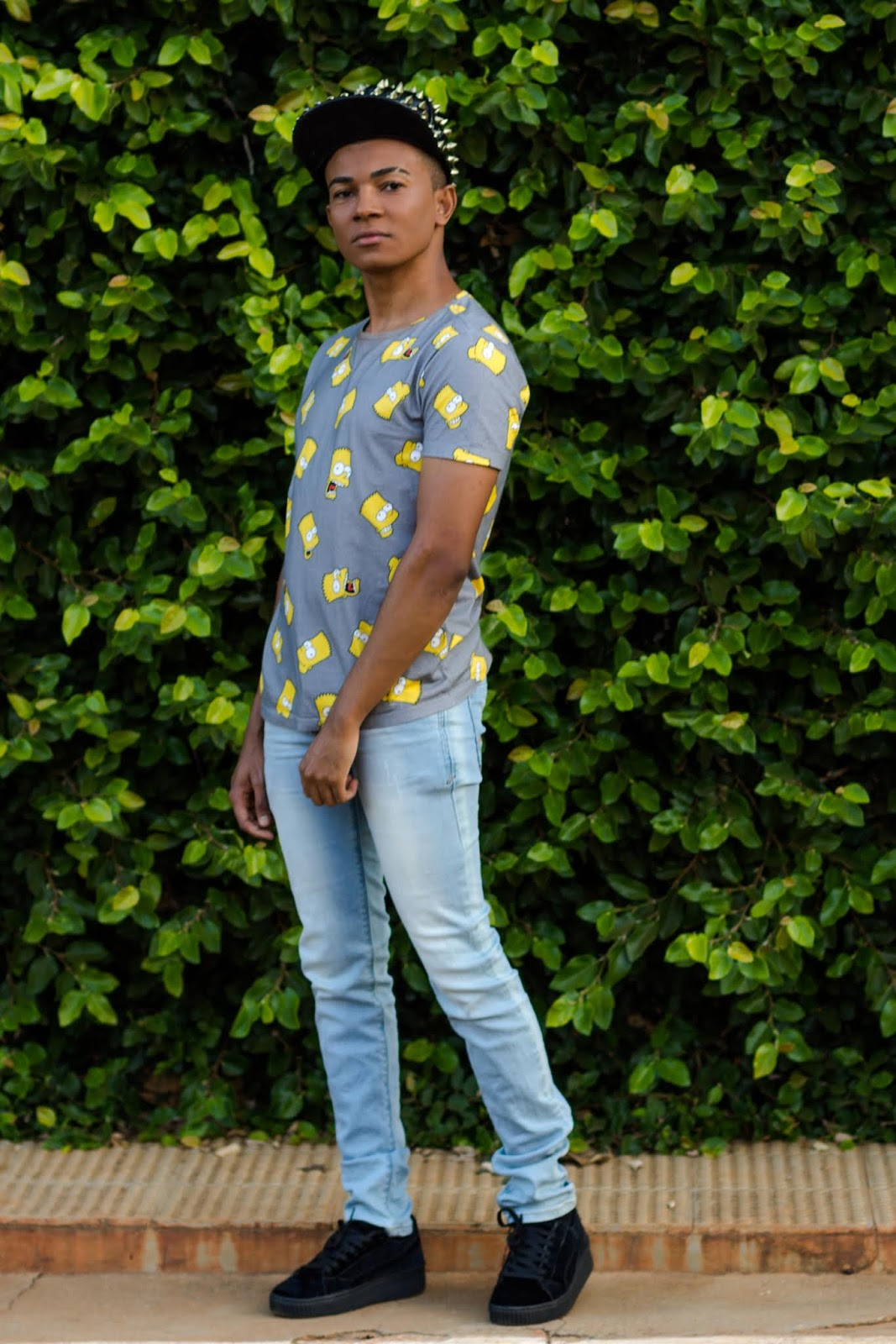 Look masculino com creepers e camisa dos Simpsons