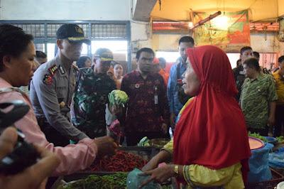 AKBP Frido Situmorang SH SiK Melakukan Pengecekan Harga Sembako di Pasar Gelugur
