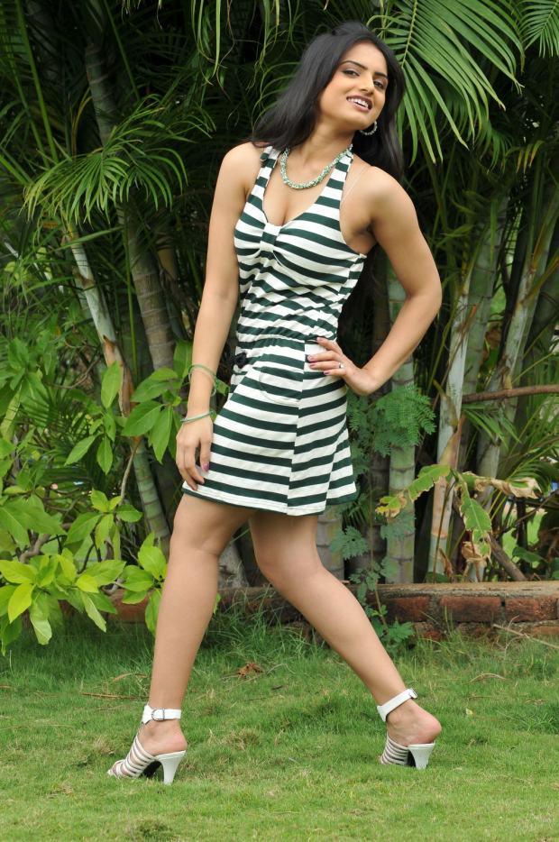Ritu Kaur sexy legs, Ritu Kaur in high heels