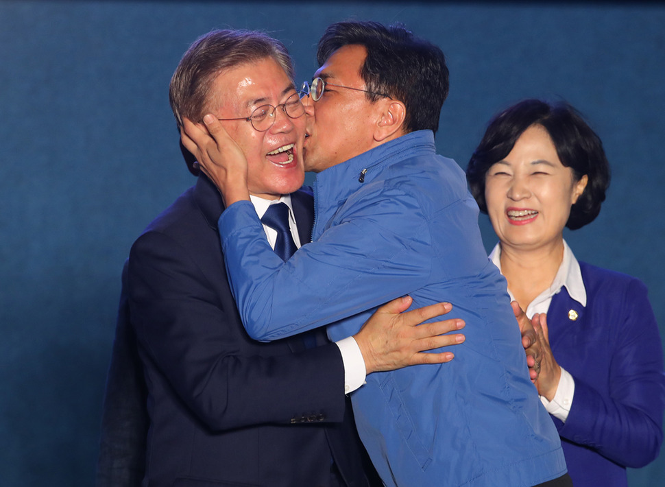 Ahn Hee-jung besa a Moon Jae-in