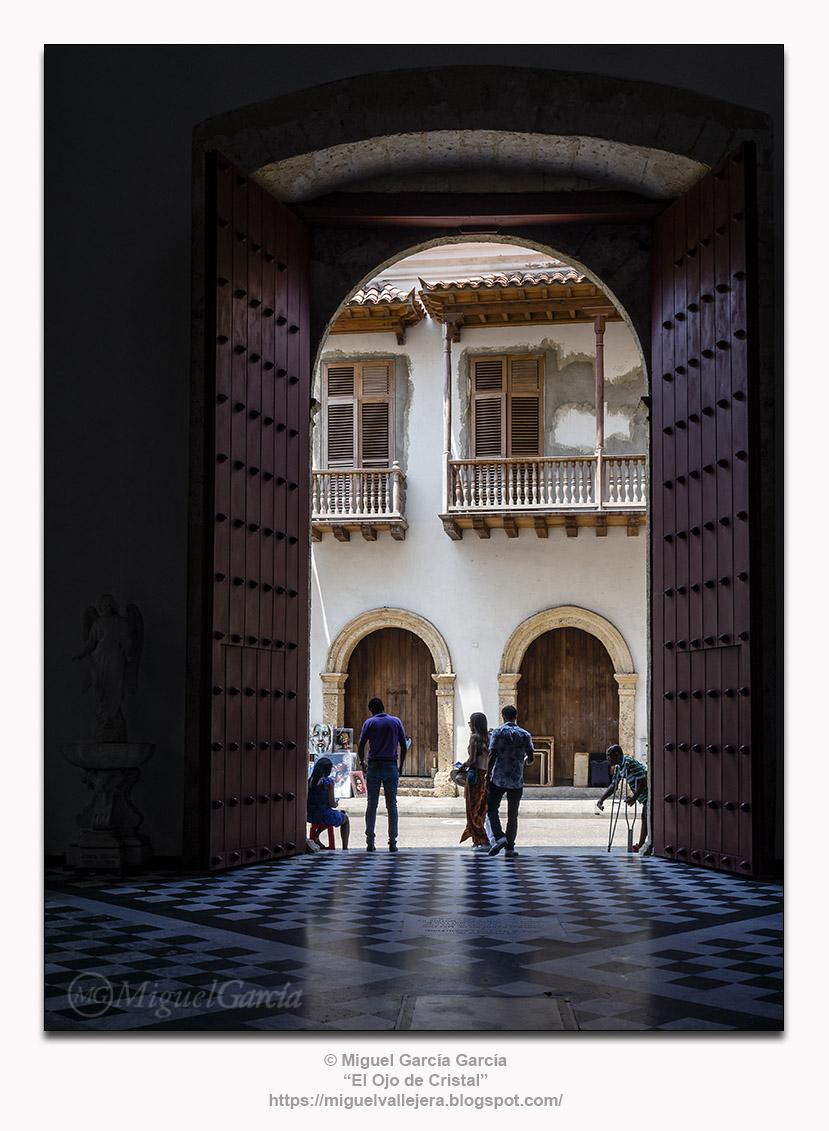 Catedral de Santa Catalina de Alejandría, Cartagena de Indias. Saliendo.