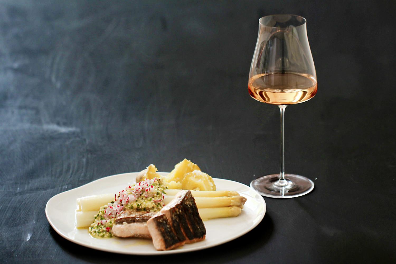 Gedämpfter Spargel mit Bozner Sauce, Radieschen und gebratener Lachsforelle  | Arthurs Tochter kocht. Der Blog für Food, Wine, Travel & Love von Astrid Paul