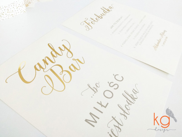 dodatki ślubne, winietki, menu, zawieszki, karteczki, plan stołów, złocone, złote dodatki, dodatki błyszczące, metaliczne, papeteria ślubna, poligrafia ślubna, dodatki na wesele, dodatki na ślub, złote wesele, złote dodatki, brokatowe dodatki, brokat na weselu, brokatowe winietki, brokatowe zawieszki, zaproszenia ślubne złote, złocone zaproszenia, złocone dodatki, złota ramka, dodatki z ramką, konfetti,