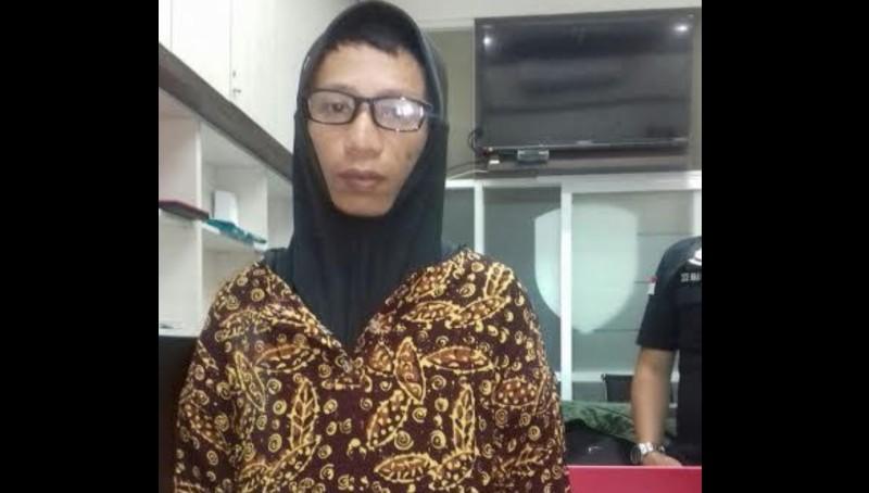 Penampakan Napi Anwar Saat Dipakaikan Gamis, Kerudung, dan Kacamata