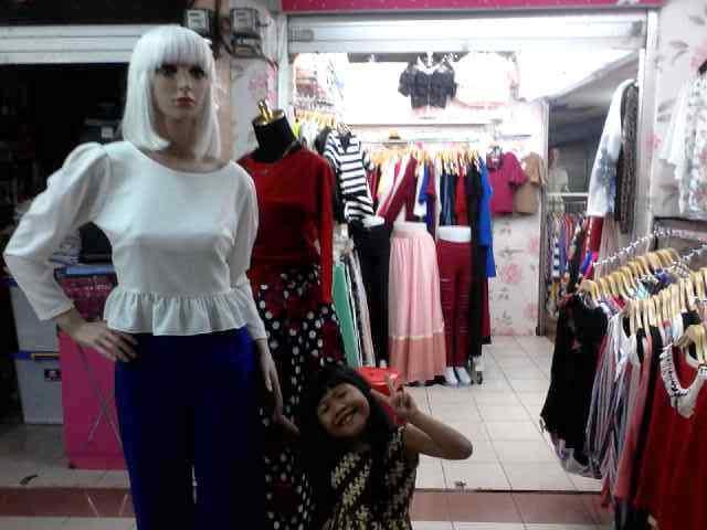 rata-rata pedagang di Pajak Petisah akan mengatakan pakaian (fashion)  tersebut berasal dari impor Korea, Thailand-Bangkok