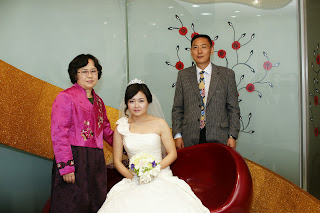 Korean bride before the wedding ceremony having photos - korean family