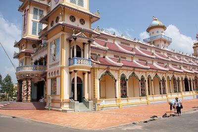 Acceso al templo Divino de Cao Dai