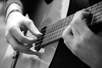 Cách giảm đau tay hiệu quả cho người mới tập chơi đàn guitar