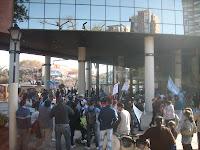 Movilización del Barrio La Cava a la Municipalidad de San Isidro