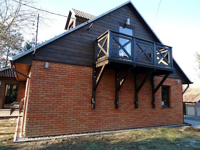 Balkon oraz elewacja z płytek z cegły w rustykalnym domu