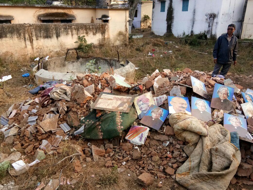 झाबुआ कचरे में मिली महापुरुषों की फोटो-Photos-of-the-mahapurush-found-in-the-trash-jhabua