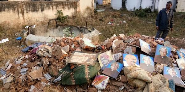 कचरे में मिली महापुरुषों की फोटो