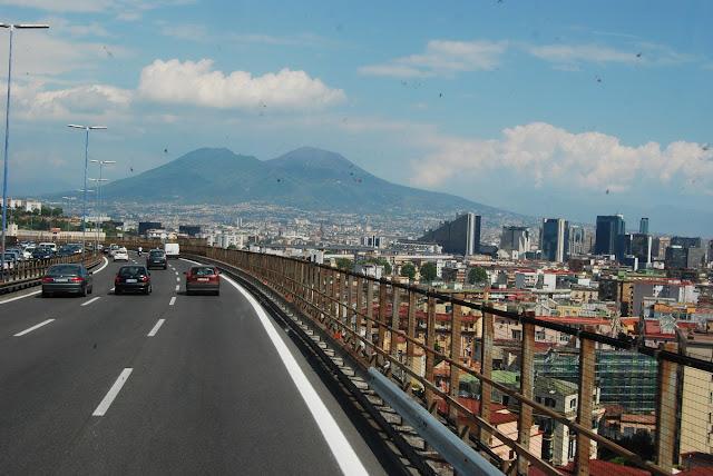 Depuis Naples, on distingue parfaitement à gauche le Mont Somma et à droite, le Vésuve proprement dit.