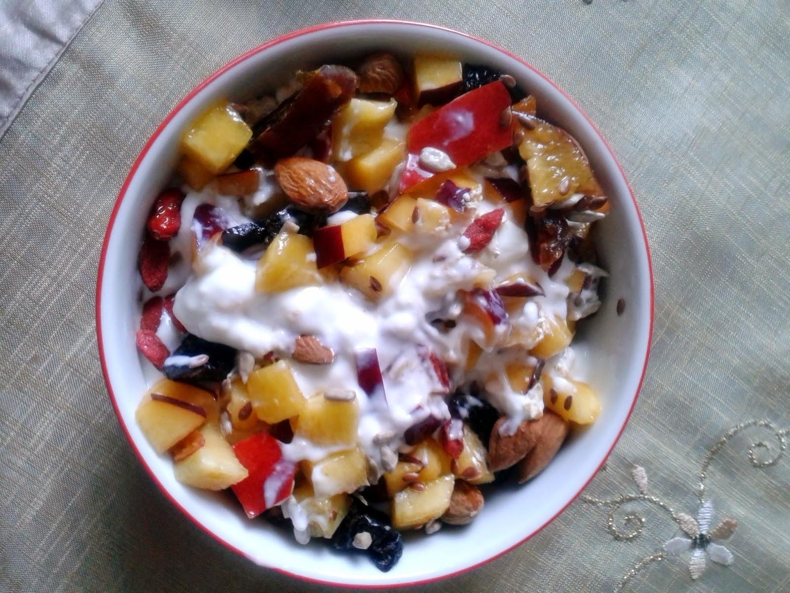 Jogurt naturalny z owocami i bakaliami  -nektarynka -migdały -jagody goji -daktyle -suszone śliwki