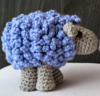 http://translate.google.es/translate?hl=es&sl=auto&tl=es&u=http%3A%2F%2Fwww.lookatwhatimade.net%2Fcrafts%2Fyarn%2Fcrochet%2Ffree-crochet-patterns%2Fshorn-crochet-sheep-little-zoo-animal%2F