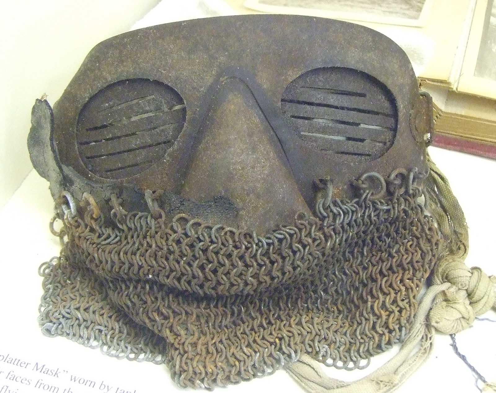 Una máscara de salpicadura sobreviviente en un museo británico.