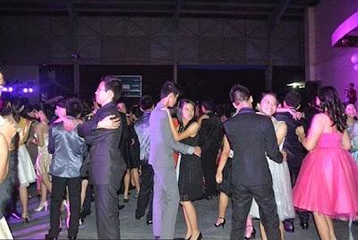 Bailando en el baile de graduación solo