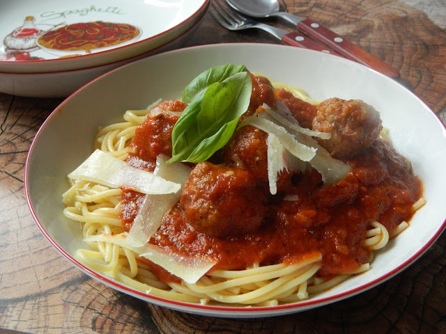 Spaghete cu  chiftelute in sos de rosii