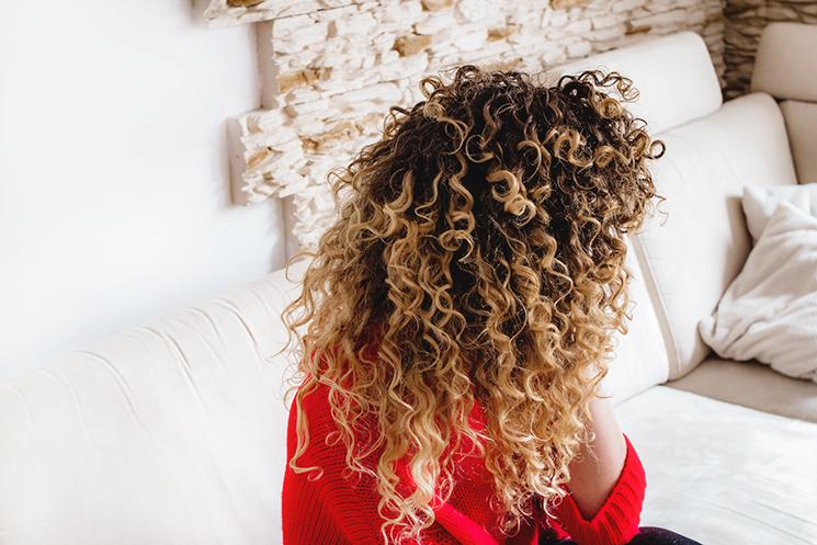 zmiany hormonalne przy kręconych włosach