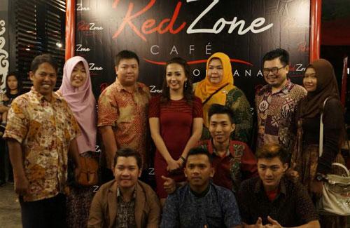 FOTO BARENG : Penulis (batik paling kiri) bersama food blogger dan FoodGram Pontianak foto bareng bersama mba Inge, owner RedZone Cafe (30/1) berfoto bersama.  Foto Istimewa