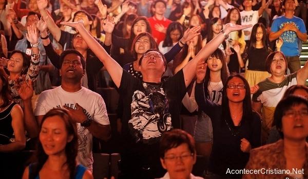 Cristianos de Asia adorando en iglesia