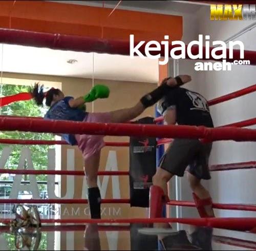 Petarung Wanita Cantik Pukul KO 3 Pelatih Kick Boxing
