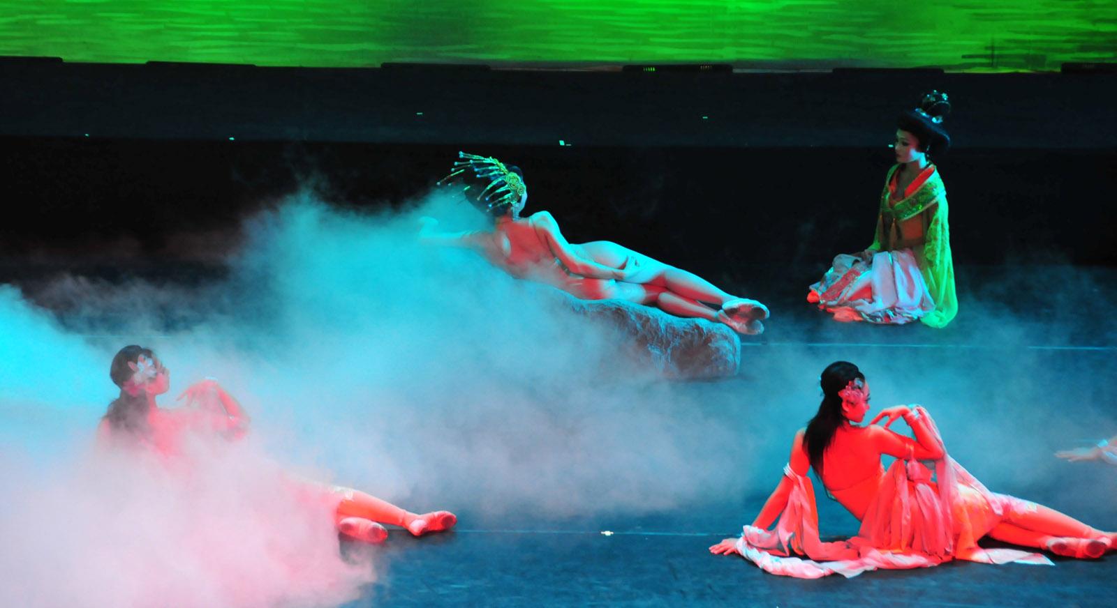 Quatro atrizes em poses sensuais encenando espetáculo sobre concubinas da dinastia chinesa Tang