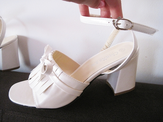 http://www.lovelywholesale.com/wholesale-stylish+open+toe+tassel+bow+decorative+chunky+high+heel+white+pu+ankle+strap+sandals-g147630.html