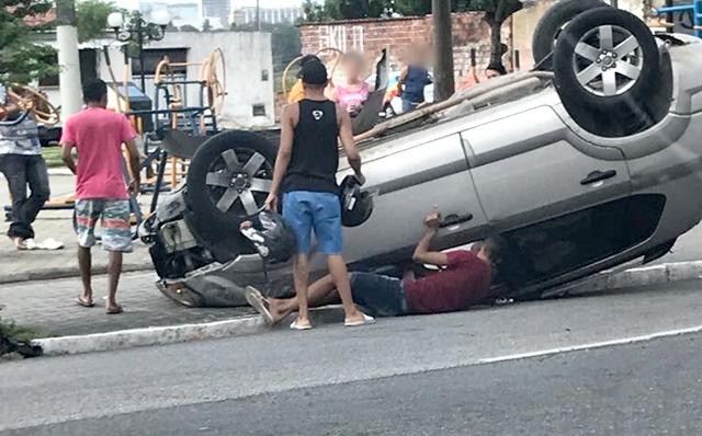Vídeo: Motorista perde o controle do veículo, bate em árvore e capota, na capital paraibana