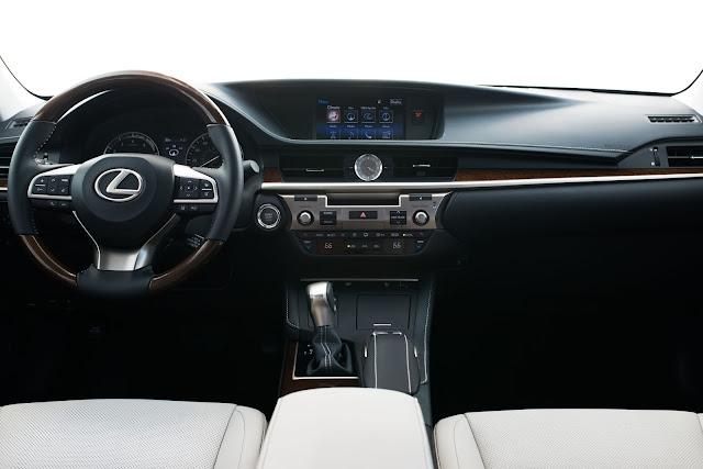 Interior view of 2017 Lexus ES350