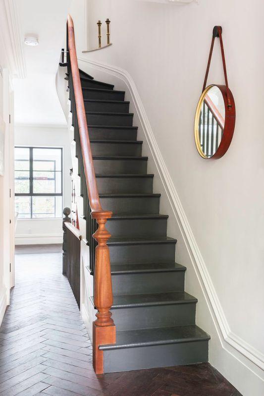 escalera de madera con pasamanos en rojo y escalones en gris chicanddeco