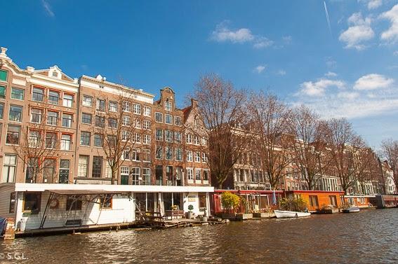Casas flotantes en Amsterdam. Paseo en barco por sus canales