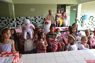http://vnoticia.com.br/noticia/2251-papai-noel-dos-correios-leva-presentes-para-criancas-da-escola-macarino-em-sfi