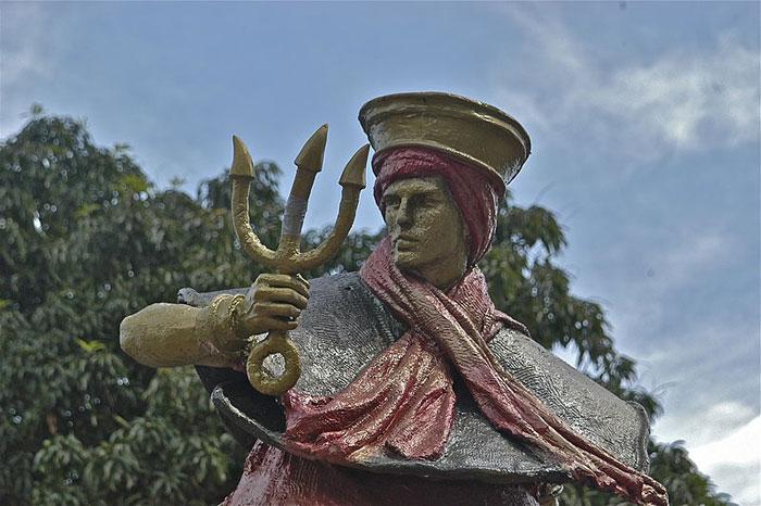 Estátua de Exu em uma praça de Brasília