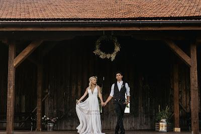 Plener ślubny w stodole.