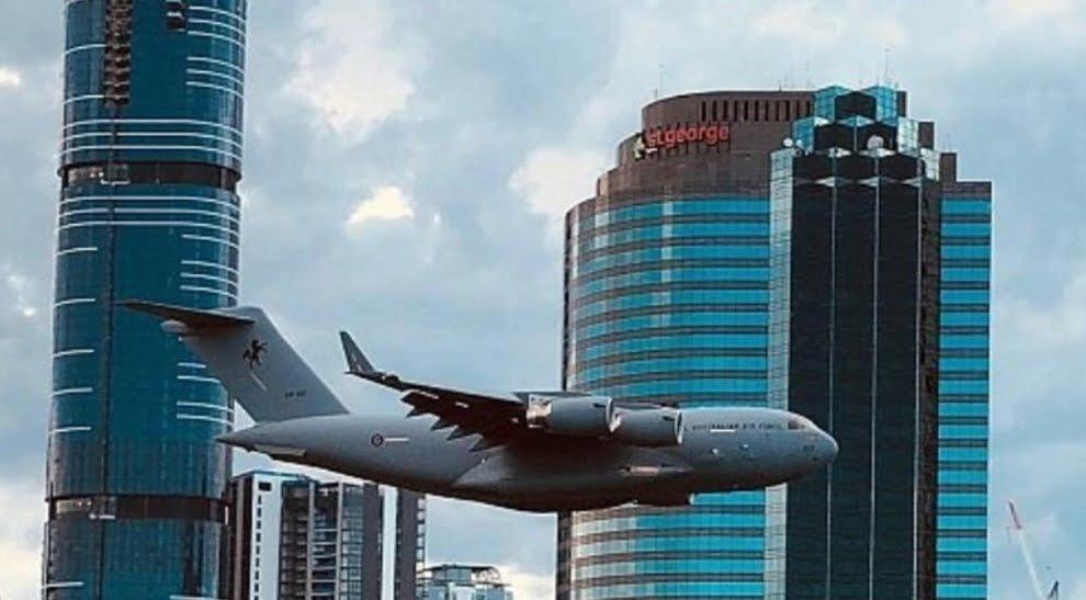 Come l'11 settembre, aereo vola radente in mezzo ai grattacieli e scatena il panico