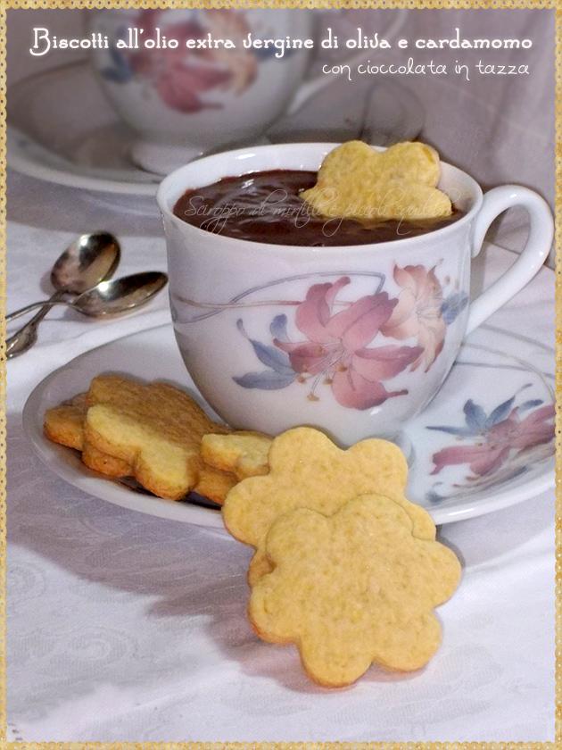 Biscotti all'olio extra vergine di oliva e cardamomo con cioccolata in tazza