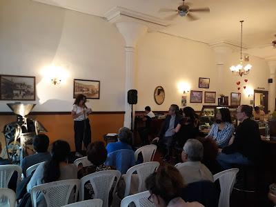 Participante en tarde de poesía leyendo sus textos