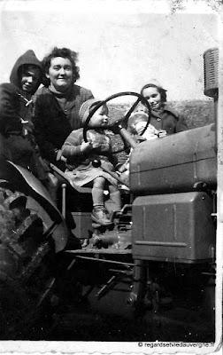 Photo de famille noir et blanc, femme en tracteur