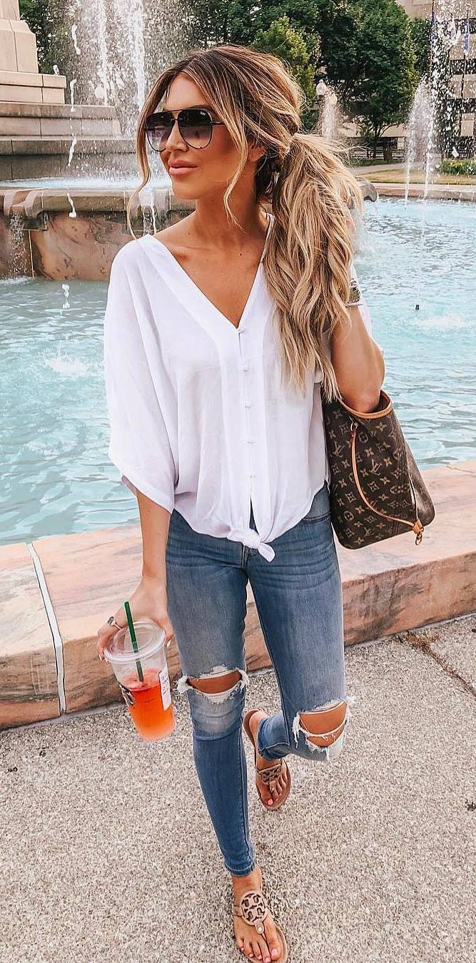 casual style inspiartion / white shirt + brown bag + skinny jeans + nude flip-flop