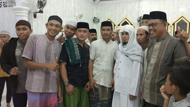 Ustadz Ubaidillah Al Bugizy `Dicegat` Warga Keluar Masjid