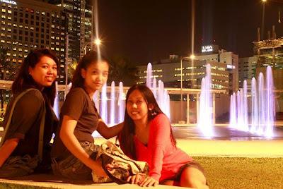 Girl Travel in Boni High Street Fountains