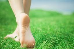10 Manfaat Jalan Tanpa Alas Kaki di Atas Rumput di Pagi Hari untuk Kesehatan