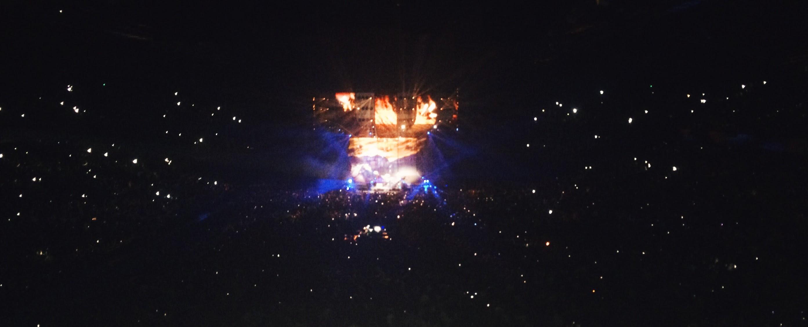 Concert zaal gevuld met lichtjes tijdens een van Ed Sheerans liedjes.