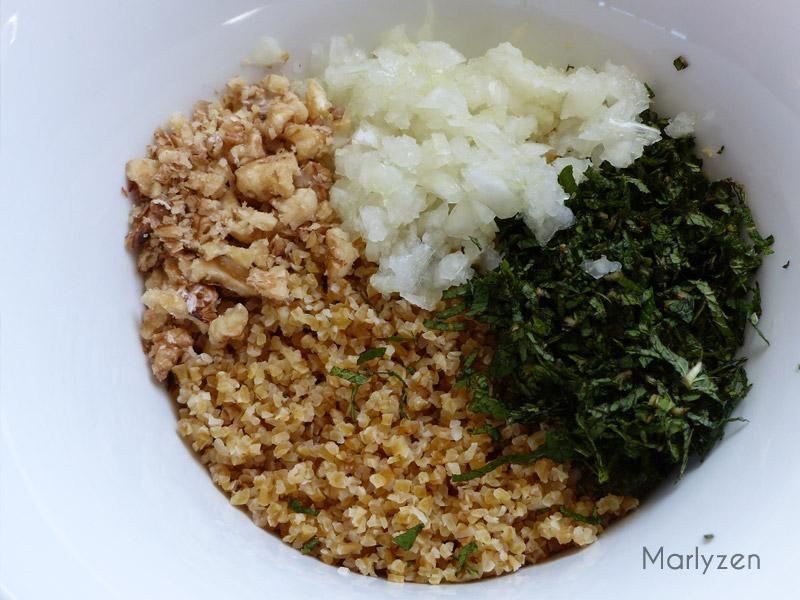 Mlélangez le boulgour avec l'oignon, la menthe et les noix.