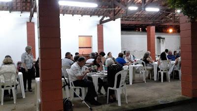O jantar dos luteranos foi uma boa oportunidade para conversar com amigos que se veem rapidamente antes e depois dos cultos religiosos.