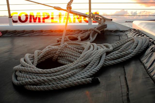 Alegoría puesta de sol compliance desde la cubierta de un barco