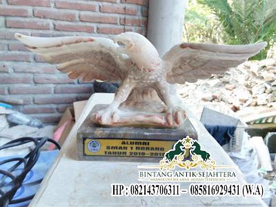 Patung Elang Marmer