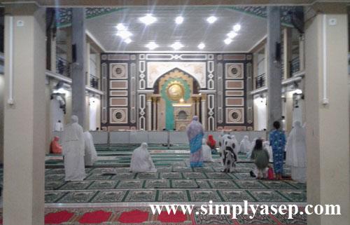 AKHWAT : Shaf perempuan berada di bagian belakangnya. Masjid Besar Islamiyah ini memang benar benar besar di dalamnya.  Foto Asep Haryono